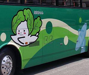 現地のバス、ななちゃん号。ぷっくら感がカワイイ。