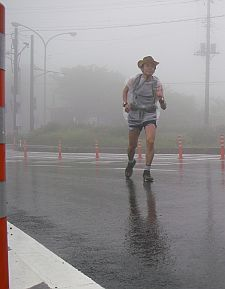 雨対策の格好で走ってます。