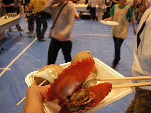 カラフルな貝だけど中身はホタテ風味。