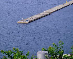 港の浮島に、テント張って釣りする人2人。