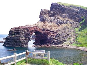 通天橋は火山性の岩なので、ごつごつして痛そう。