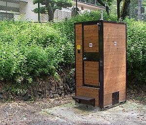 ログハウス風の移動式トイレ。欲しい!