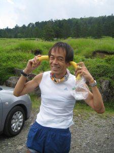 みんなに支給されたバナナで遊ぶ。