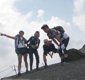 北横岳山頂。このあと豪快に降られる。