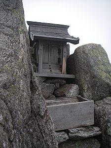 宝剣岳直下の祠。