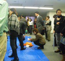 途中でAED講習会。ビルで働く人が一堂に会した。