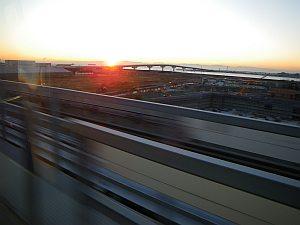 ポートライナーから見る朝日。