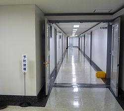 雑居ビルに突然現る予防接種会場。