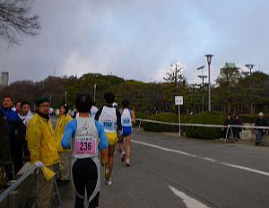右手に見えますのが大阪城でございます。