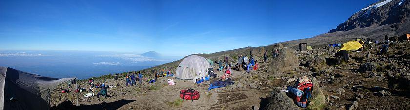 南にキャンプサイトが広がる。