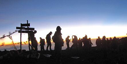 朝日も出て、喜びの登頂者たち。
