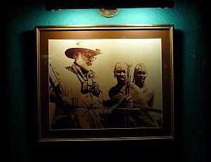 ヘミングウェイバーの写真。右端の人はバーテンのご存命のおじいさん。