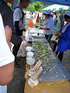 揚げたての天ぷらで天丼作ります。