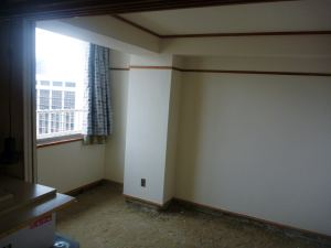 天井も壁も真っ白。でも砂場。