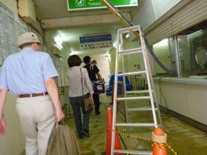 駅も1.5m浸水なので、発券機が撤去してある。