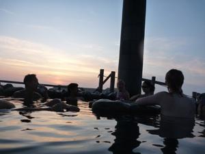 夕日を眺めながらのお湯はまた格別。