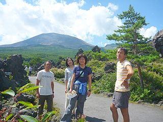 浅間山をバックに。