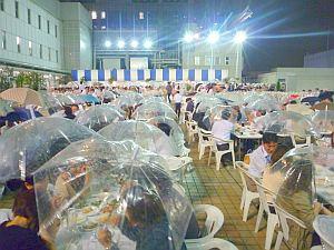 雨で傘が配られた。