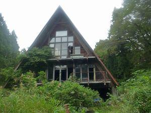 廃墟となった山小屋もいくつか。