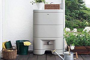 パナの雨水タンク。なかなかいいデザインじゃ。