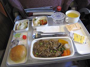 機内食は普通だけど酒がショボイ。