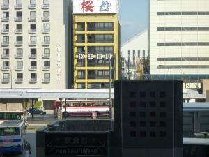 立派なホテルと肩を並べるマイ宿。