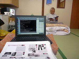 来月号を書いてる前で、今月号を読む不良老人。