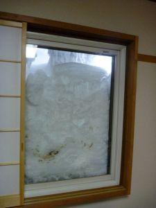 窓が雪で埋まっとる。