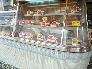 鎌倉らしく、いかにもな肉屋さん。