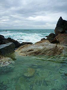 波に洗われる湯船。