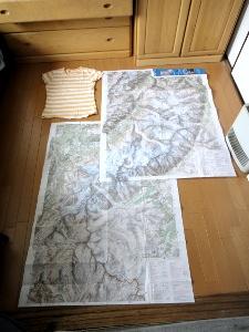 スキャンする前に、地図を並べてぺったんこにしてみた。