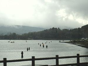 湖の中に人が立ってる。