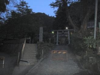 モー暗い今熊神社。