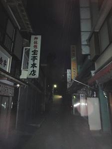 御岳山の商店街もひっそりー。