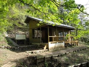 初めて見た御前山の避難小屋。