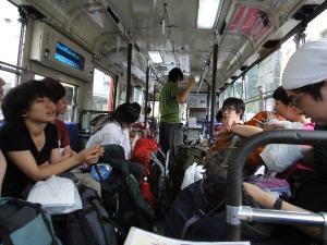 学生とバスも同じになった。