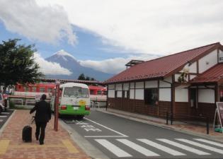 駅からは富士がよく見える。強風の雲が見える。