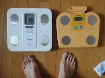 左が新型。右は体重計として実家に送ろう(笑)
