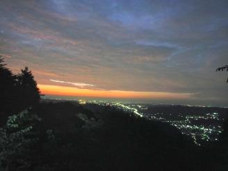 鳥観察用展望台から朝日を拝む。