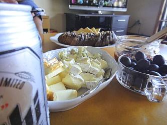 紀伊国屋のスモークチーズが美味。