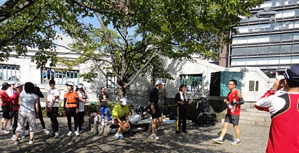 竹橋の公園で体操。