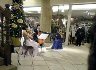 駅ではプチコンサートが開催中。