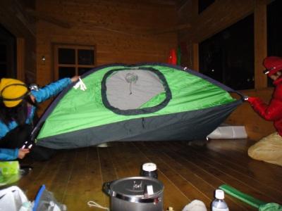 テントを作成中。