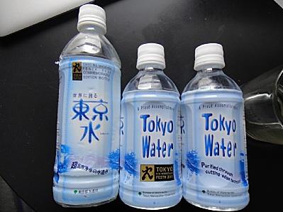 東京水各種。左二つはロゴ入り。左端はレアな500cc。