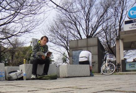 竹橋駅近くで屋外読書。