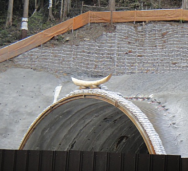 建設中のトンネル、キーストーン部に不思議なアイテムが。