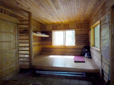 菰釣山の避難小屋は新しくてステキ。