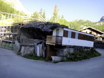 岩と一体化した家。