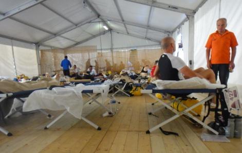 野戦病院みたいなテントのライフベース。