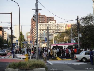 なぜか都電に人が群がっとる。